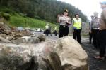 LONGSOR KARANGANYAR : Dipenuhi Reruntuhan Tebing, Jalan Tembus Tawangmangu Ditutup