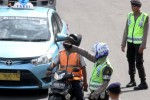 FOTO PEMBATASAN MOTOR DI JAKARTA : Polisi Halau Pengendara Motor Jakarta