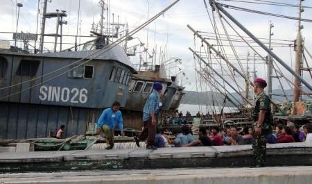 PENENGGELAMAN KAPAL ASING : KNTI: Banyak Kapal Asing Berkeliaran di Perairan RI