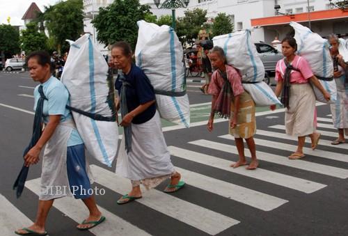 Rentan Covid-19, Perempuan Hamil Ini Rela Jadi Buruh Gendong di Pasar Legi Solo