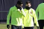 Pemain Barcelona Luis Suarez (Kiri) berbicara dengan Lionel Messi saat latihan menjelang laga Liga Champions melawan Paris St Germain (PSG). JIBI/Reuters/Gustau Nacarino