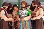 FOTO HARI PEDULI SAMPAH : Ini Busana Sampah Karya Pelajar Madiun