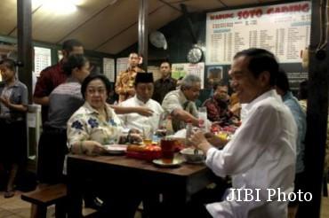 Jokowi, Megawati dan sejumlah tokoh politik menikmati soto di Soto Gading Solo, Sabtu (14/2/2015). (JIBI/Solopos/Antara)