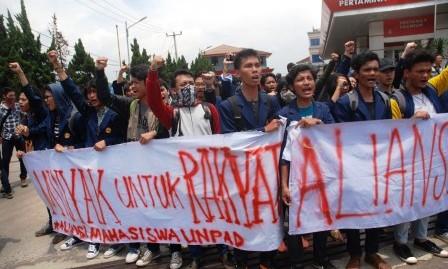 Demo mahasiswa Unpad tolak kenaikan harga BBM, Senin (30/3/2015). (JIBI/Solopos/Antara/Fahrul Jayadiputra)