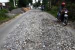 FOTO JALAN RUSAK SOLO : Duh, Jalan Rusak Solo Hanya Diuruk Batu
