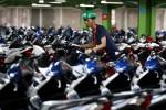 Ilustrasi pekerja menata sepeda motor baru (Rachman/JIBI/Bisnis)