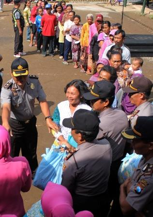 FOTO POLISI PEDULI : Polisi Tulungagung Salurkan Bahan Pokok