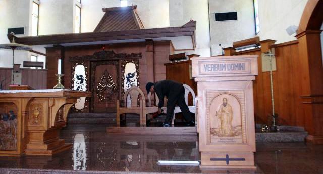 FOTO KENAIKAN ISA AL MASIH : Polisi Sisir Gereja Katolik di Solo