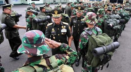 FOTO PERBATASAN INDONESIA-MALAYSIA : Ini Tentara Pembangun Jalan Perbatasan