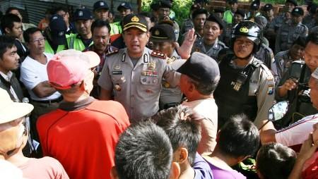 FOTO DEMO WARGA : Jalan Ditutup Pabrik Gula, Warga Demo