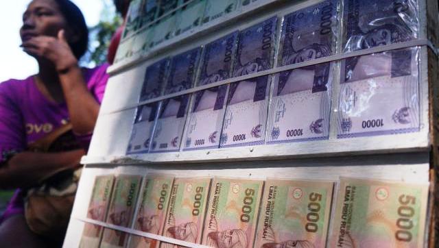FOTO PENUKARAN UANG BARU : Jasa Penukaran Uang Mulai Beroperasi