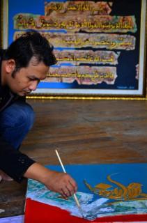 Pembuatan lukisan kaligrafi dari sampah di Galeri Assiry Art, Kudus, Sabtu (27/6/2015). (JIBI/Solopos/Antara/Yusuf Nugroho)