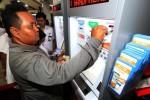 Pembelian tiket KA melalui mesin e-kiosk di Stasiun Bandung. (Bisnis-Rachman)