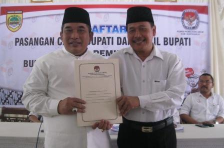 Wardoyo Wijaya (kiri) dan Purwadi menunjukkan dokumen tanda terima seusai mendaftar di Kantor KPU Sukoharjo, Selasa (28/7/2015). (Rudi Hartono/JIBI/Solopos)