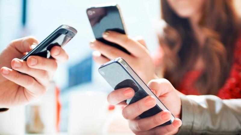 HASIL SURVEI : Netizen Indonesia Akses Berita Pakai Ponsel