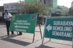 Petugas Dishubkominfo Sragen dan Satlantas Polres Sragen memasang rambu pendahulu petunjuk jurusan (RPPJ) di simpang tiga Pungkruk, Sragen, Selasa (7/7/2015). (Moh. Khodiq Duhri/JIBI/Solopos)