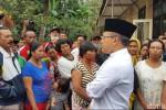 Bupati Banyuwangi, Andullah Azwar Anas saat menemui warganya di kaki Gunung Raung. (Detik.com)
