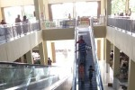 PASAR TRADISIONAL SOLO : Naik Eskalator Pasar Tanggul, Warga Copot Sandal