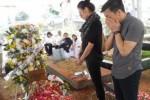 KABAR DUKA : Ariel dan Sophia Latjuba Berdoa di Makam Adnan Buyung