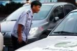 KISAH UNIK : Tinggalkan Kemewahan, Pria Kaya Ini Pilih Jadi Juru Parkir
