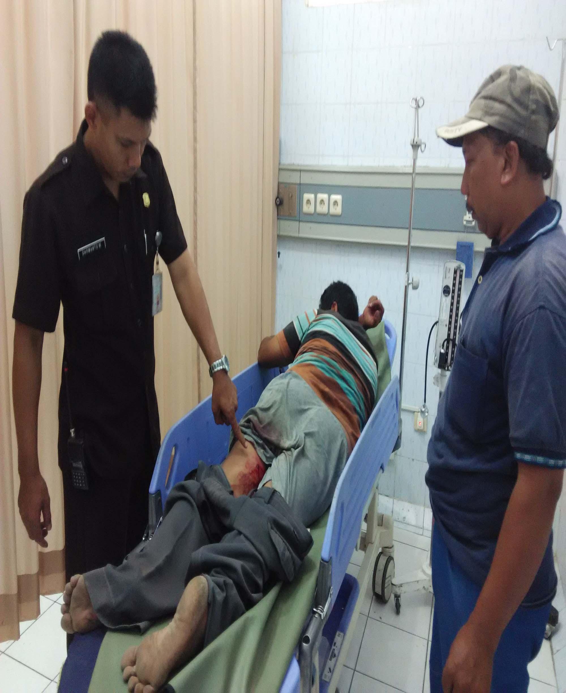 Ngatimo Widi Utomo, 40, warga Mangkurejo, Socokangsi, Jatinom, menjalani perawatan intensif di Rumah Sakit Islam (RSI) Klaten, Sabtu (19/9/2015). Juragan sapi tersebut menjadi korban perampokan di jembatan Nglenguk, Socokangsi, Jatinom.  (Istimewa/JIBI/Solopos)