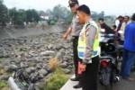 KECELAKAAN NGANJUK : Truk Terjun 15 Meter ke Sungai, Sopir Patah Tulang