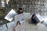 FOTO LOGISTIK PILKADA : Petugas Merakit Kotak Suara Pilkada Kota Semarang
