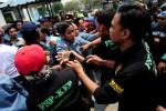 DEMO BURUH : Ribuah Buruh di Pulogadung Mogok, Jalan Macet