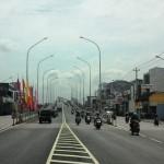 Pengendara sepeda motor dan mobil dari Solo-Karanganyar maupun sebaliknya menggunakan jembatan layang atau flyover Palur, Jaten, Jumat (25/12/2015). Lampu penerangan jalan umum (PJU) tetap menyala pada siang hari. (Sri Sumi Handayani/JIBI/Solopos/dok)