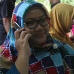 Kusdinar Untung Yuni menerima telepon dari koleganya setelah hasil hitung cepat menunjukkan keunggulan pasangan Yuni-Dedy, Rabu (9/12/2015) (Mariyana Ricky/JIBI/Solopos)