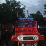 Seno-Samodro-Said Hidayat menyapa pendukungnya menggunakan mobil jeep seusai deklarasi kemenangan hasil perhitungan cepat internal partai, Rabu (9/12/2015) sore. (M Ismail/JIBI/Solopos)