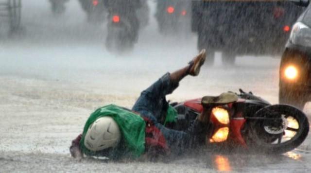 Begini Cara Aman Naik Sepeda Motor Saat Hujan Deras
