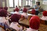 FOTO MASYARAKAT EKONOMI ASEAN : Jelang MEA, Imigrasi Madiun ke SMK