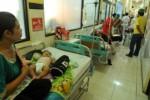 FOTO DEMAM BERDARAH JOMBANG : Lorong RSUD Jombang Banjir Pasien DBD