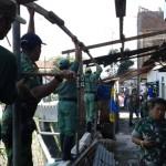 PEMBONGKARAN BANGUNAN SOLO : Bangunan di Bantaran Kali Makam Bergolo Dibongkar