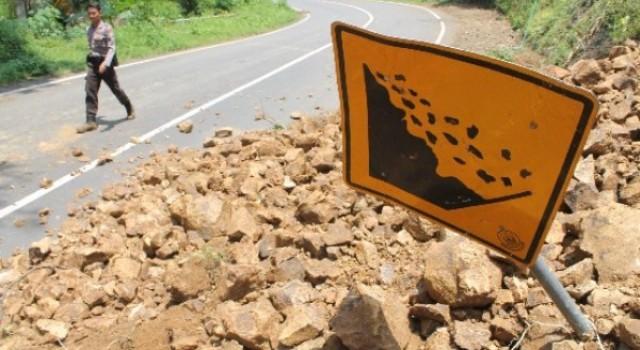 BENCANA JATENG : Longsor di Grobogan, 9 KA Alih Jalur