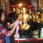 IMLEK 2016 : Jelang Imlek, Arca Dewa di Kelenteng Tay Kak Sie Dibersihkan