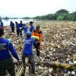 ANTISIPASI BANJIR : Tim Gabungan Bersihkan Pintu Bendung Wilalung dari Sampah