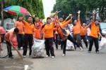 FOTO HARI PEDULI SAMPAH : Begini Pegawai Pos Bersihkan Madiun