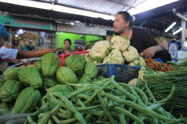 Pedagang sayuran melayani pembeli di Pasar Gede Solo, Selasa (23/2/2016). (Solopos/Dok)