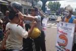 OPERASI SIMPATIK 2016 : Polisi Berdandan Punakawan Bagikan Helm Gratis di Magetan