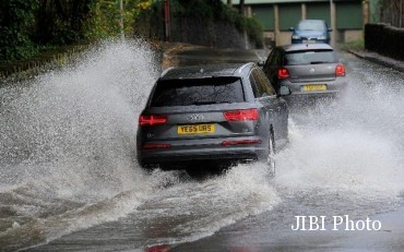 Ilustrasi mobil menerjang banjir. (Telegraph.co.uk)