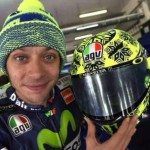 Valentino Rossi dan helm musim dinginnya. (Motogp.com)