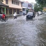 BANJIR SOLO : Jl. Kyai Mojo Tergenang Banjir, Lalu Lintas Tersendat
