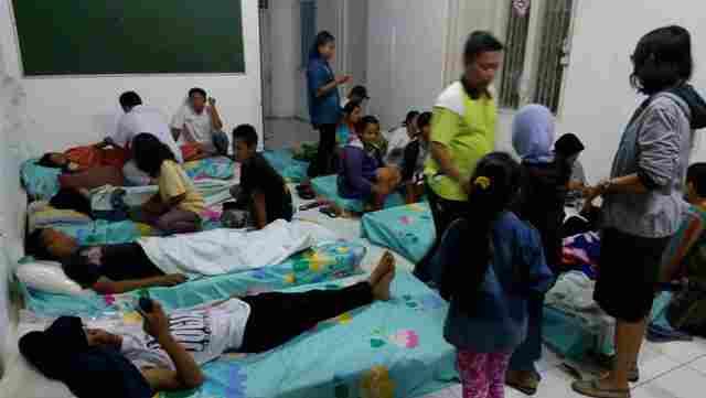 Sejumlah pasien keracunan menjalani rawat inap di Puskesmas Gondang, Rabu (13/7/2016) malam. Kondisi puskesmas yang overload membuat pasien terpaksa dirawat di ruang lobi dan aula puskesmas. (Moh. Khodiq Duhri/JIBI/Solopos)