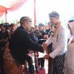 Bupati Wonogiri, Joko Sutopo, menerima penghargaan lencana emas dari Gubernur Jawa Tengah, Ganjar Pranowo, Senin (15/8/2016 ) di Semarang. Wonogiri dinilai sebagai daerah yang pro investasi. (Solopos.com-Istimewa)
