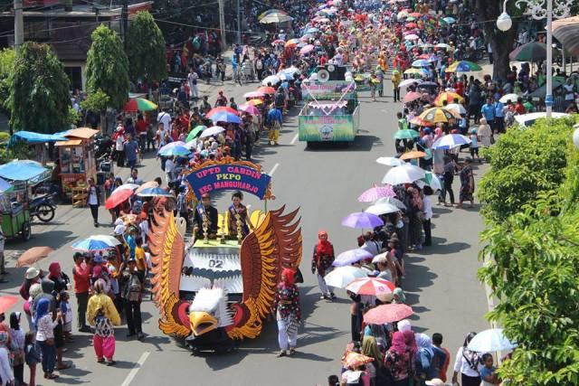 HARI JADI KOTA MADIUN : Ribuan Warga Ikuti Pawai Budaya