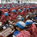 Buruh melakukan pelintingan sigaret kretek tangan (SKT) di Pabrik Rokok PT Djarum, Kudus, Jawa Tengah. (JIBI/Solopos/Antara/Yusuf Nugroho)