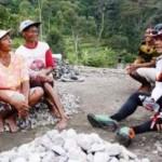 GUBERNUR JATENG : Ganjar Sapa Srikandi Penambang Batu, Netizen Umbar Pujian