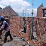 Pekerja membangun perumahan bersubsidi untuk rakyat di Ungaran, Kabupaten Semarang, Jateng, Jumat (16/9/2016).  (JIBI/Solopos/Antara/Aditya Pradana Putra)